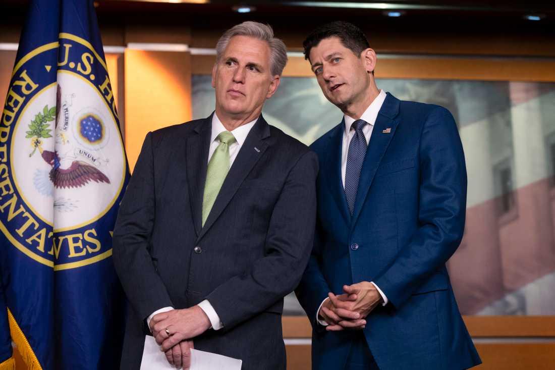 Kalifornienrepublikanen Kevin McCarthy har valts till minoritetsledare i representanthuset. På fotot står han bredvid den avgående talmannen Paul Ryan, som nu lämnar kongressen.