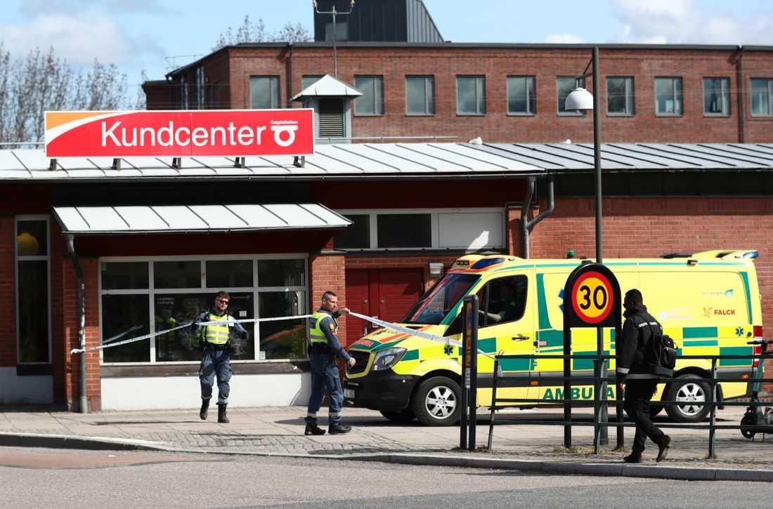 En kvinna dödades vid ett överfall vid järnvägsstationen i Linköping.