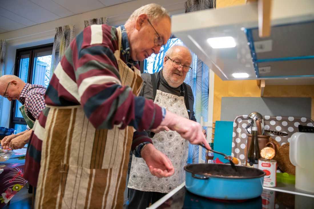"""""""Efter elva år med matcirkeln finns det en uppsjö av  gubbar i Höganäs som har lärt sig att laga mat, den äldsta 97 år"""", säger cirkelledaren Jan-Olov Skilberg. Här hjälper han en av deltagarna i matlaget att få till rätt stekyta på den dovhjort som utgör basen i dagens viltgryta."""