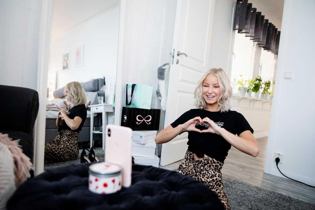 """Nathalie Danielsson är influerare med tre miljoner följare på bland annat Youtube och Tik Tok. Från morgon till kväll uppdaterar hon i alla sina kanaler. """"Folk vill veta vad jag gör och de får hänga med i mitt liv."""""""