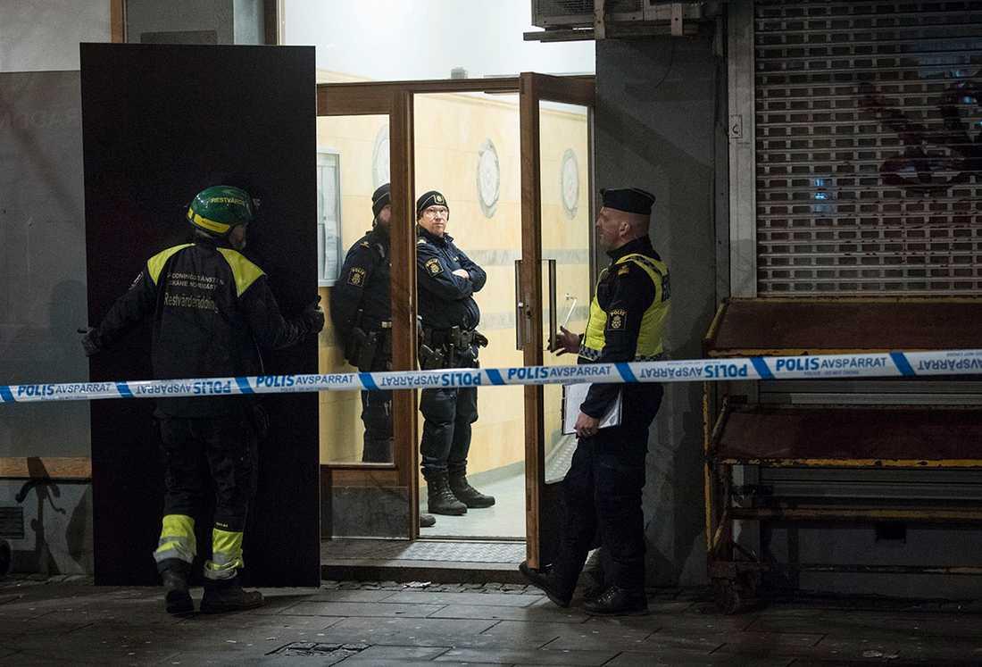 Polis på plats efter en explosion i ett hus i centrala Helsingborg. En boende i fastigheten är allvarligt skadad och förd med ambulans till sjukhus.