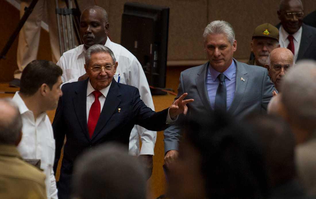 Kubas president Raúl Castro och hans tilltänkte efterträdare, vicepresident Miguel Diaz-Canel i nationalförsamlingen.
