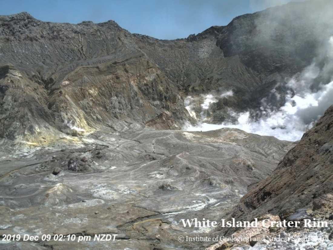 02.10: Webbkameran visar hur människor går nere i kratern.