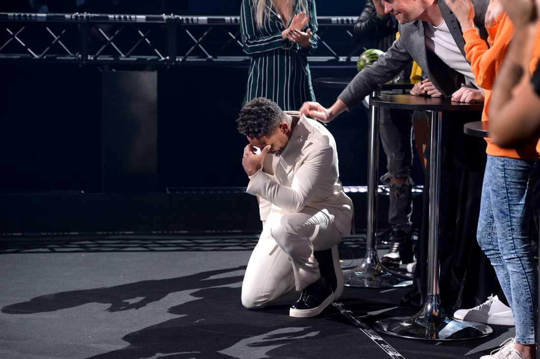 John Lundvik föll ner på knä när han fått resultatet och insåg att han tagit sig till final i Melodifestivalen 2018.