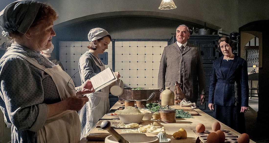 """Engagerar. Tjänstefolket i """"Downton Abbey""""-filmen sliter med herrskapets kungamiddag."""
