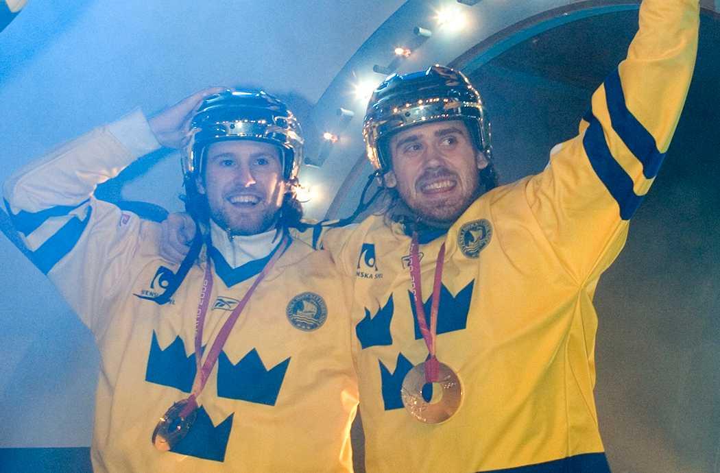 Niklas Kronwall och Henrik Zetterberg firar OS-guldet 2006 i Stockholm.