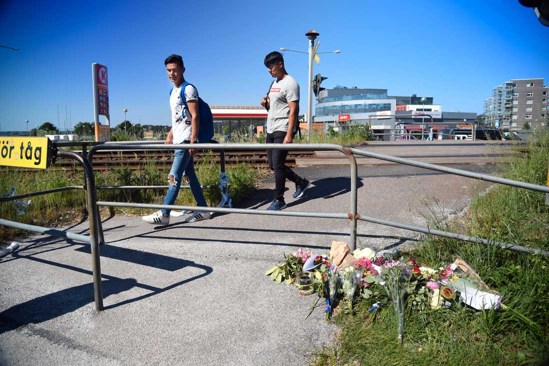 Tareq Noori, 18 och Nematullah Hussaini, 19 passerar järnvägsövergången.