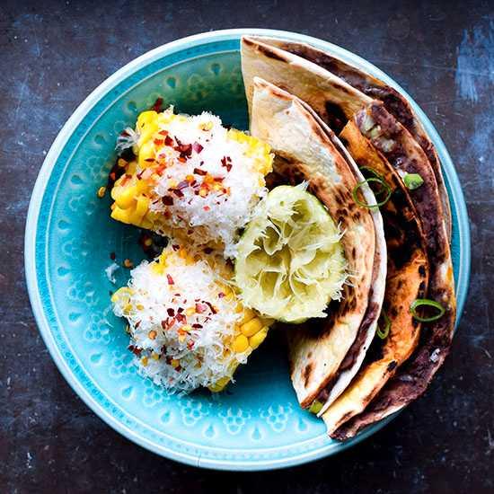 Quesadillas med bönor, lime och majs.