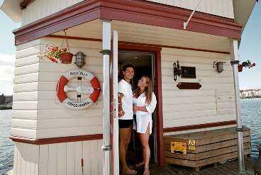 I Pampas marina i Solna ligger husbåten där Linus och Linda stormtrivs.