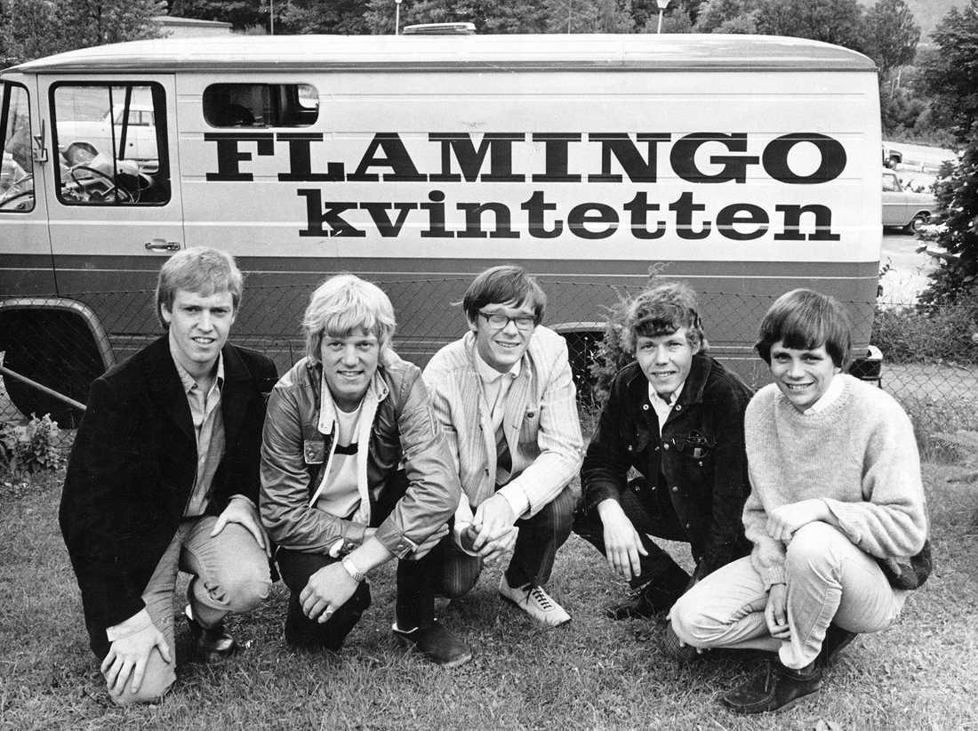 Flamingokvintetten med ny turnébuss 1968: Hasse Carlsson, Dennis Janebrink, Gunnar Karlsson, Boris Estulf och Åke Andersson.