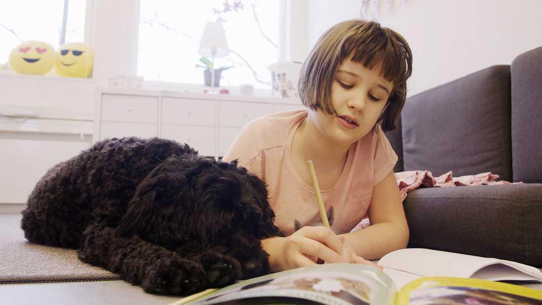 11-åriga Irma-Li brukar läsa högt för Elsa.