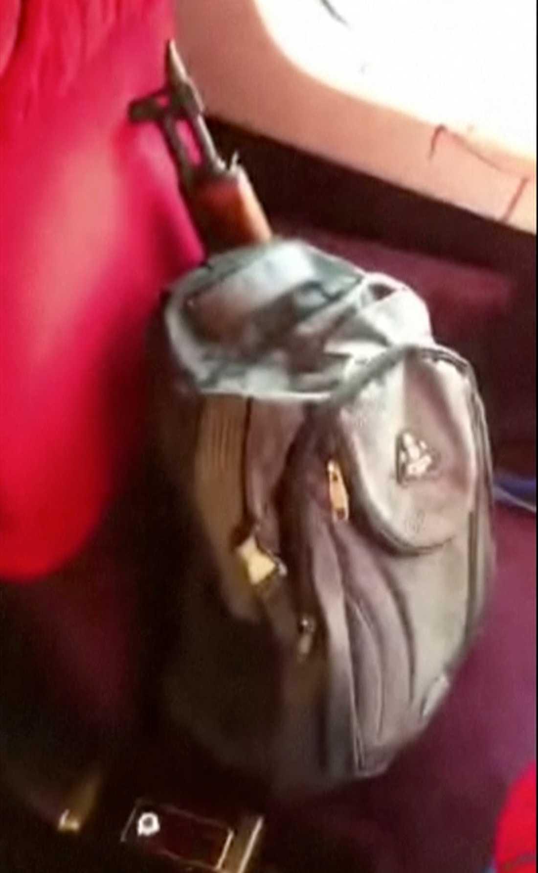 Mannens väska med vapen.
