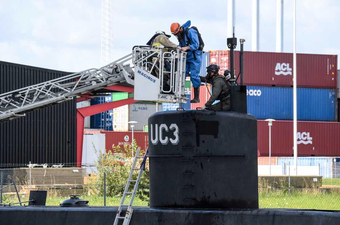 Danska polisens kriminaltekniker undersöker Peter Madsens ubåt Nautilus i samband med utredningen av mordet på Kim Wall. Arkivbild.