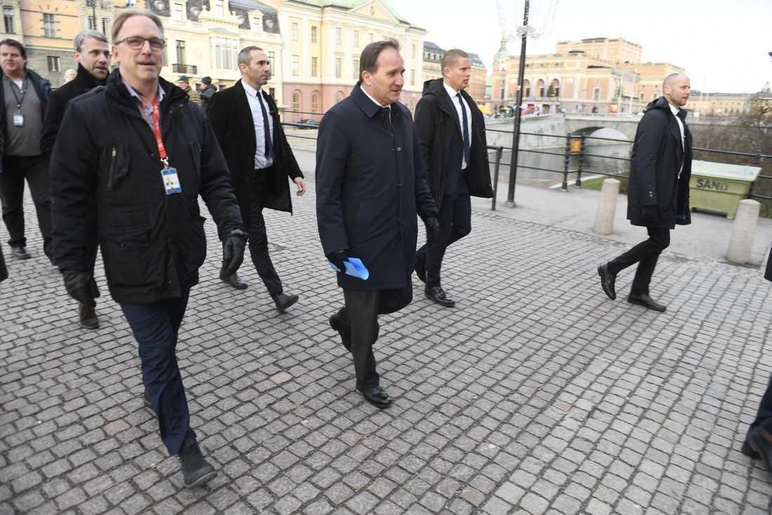 Stefan Löfven anländer till riksdagshuset i Stockholm.