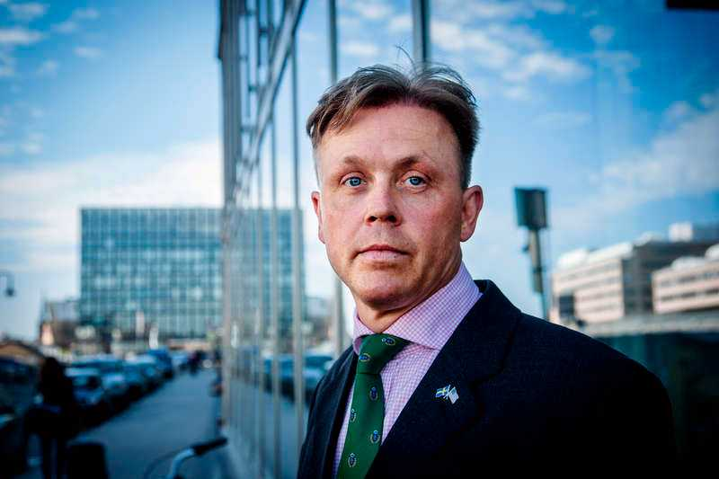 Har betalat ett högt pris Sjöholm menar idag att han betalat ett för högt pris, såväl yrkesmässigt som privat, och att Säpo inte backat upp honom.