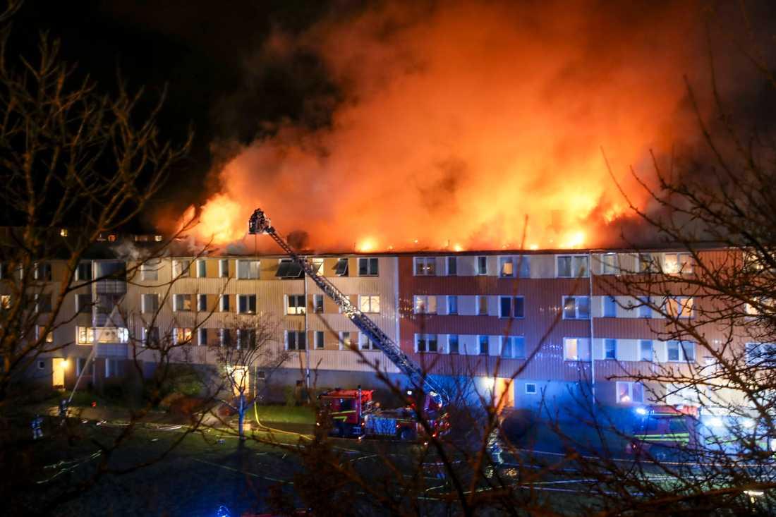 Det brinner i ett flerfamiljshus i Göteborg. Släckningsarbetet väntas pågå hela natten.
