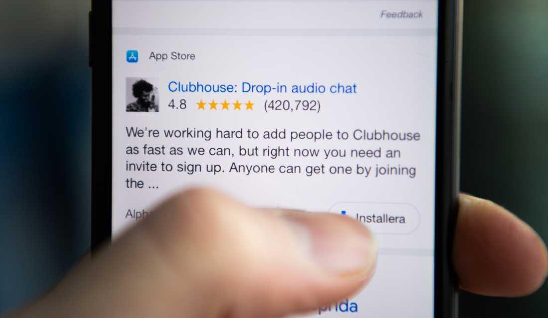 """Clubhouse är en ljudbaserad gratisapp där användaren kommunicerar med andra eller lyssnar på andras samtal i så kallade """"rum"""". Genrebild."""