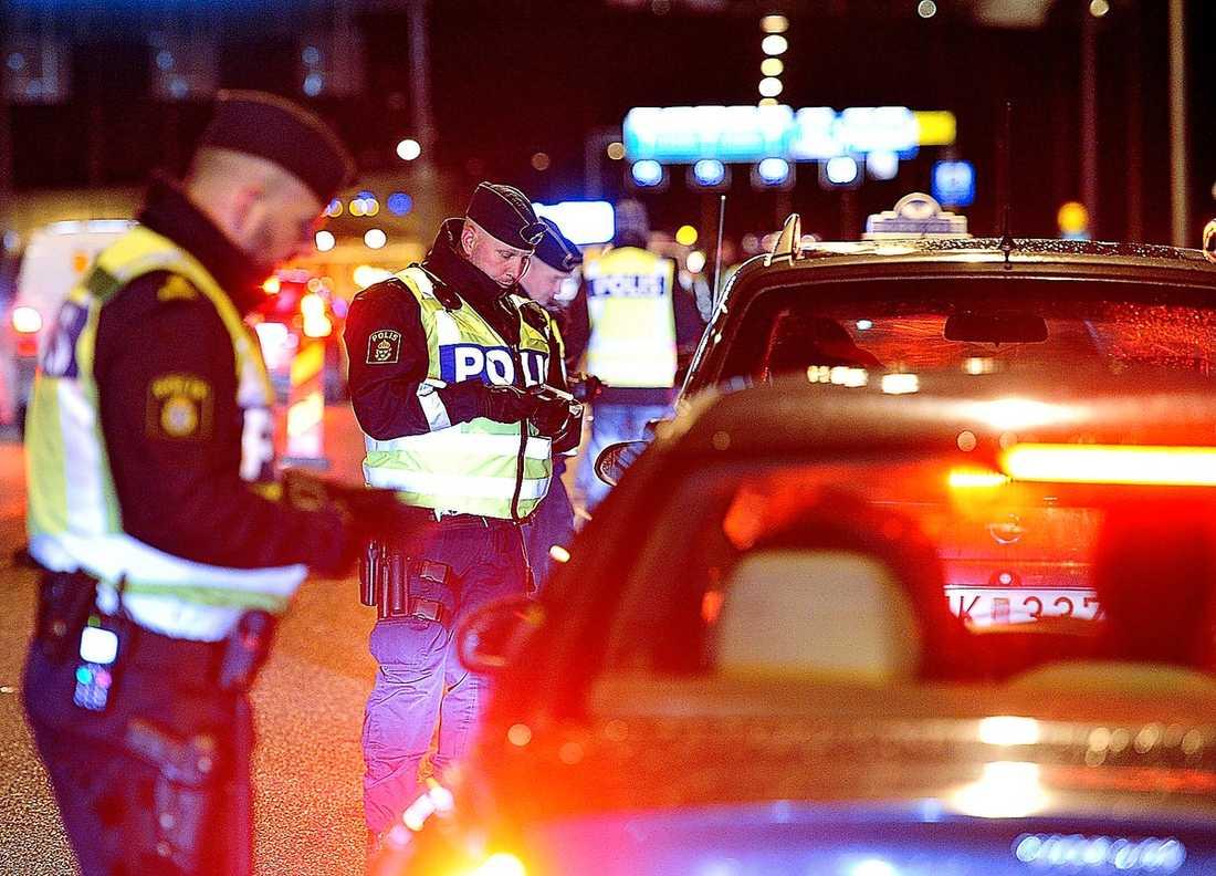 TRAPPAR UPP Trafikpolisen i Stockholms län gav sig ut på vägarna under onsdagsnatten. Bara på Essingeleden fanns 50 poliser på plats. Polisens nya inriktning är att stoppa fler än bara fortkörare och rattfyllon.