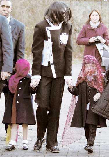 BARNENS ANSIKTEN DÖLJS Michael Jackson och hans två äldsta barn med ansiktena dolda under slöjor vid ett besök på Berlins zoo i november i fjol. Det var då han även chockade världen genom att hålla ut sin yngste son genom hotellfönstret.