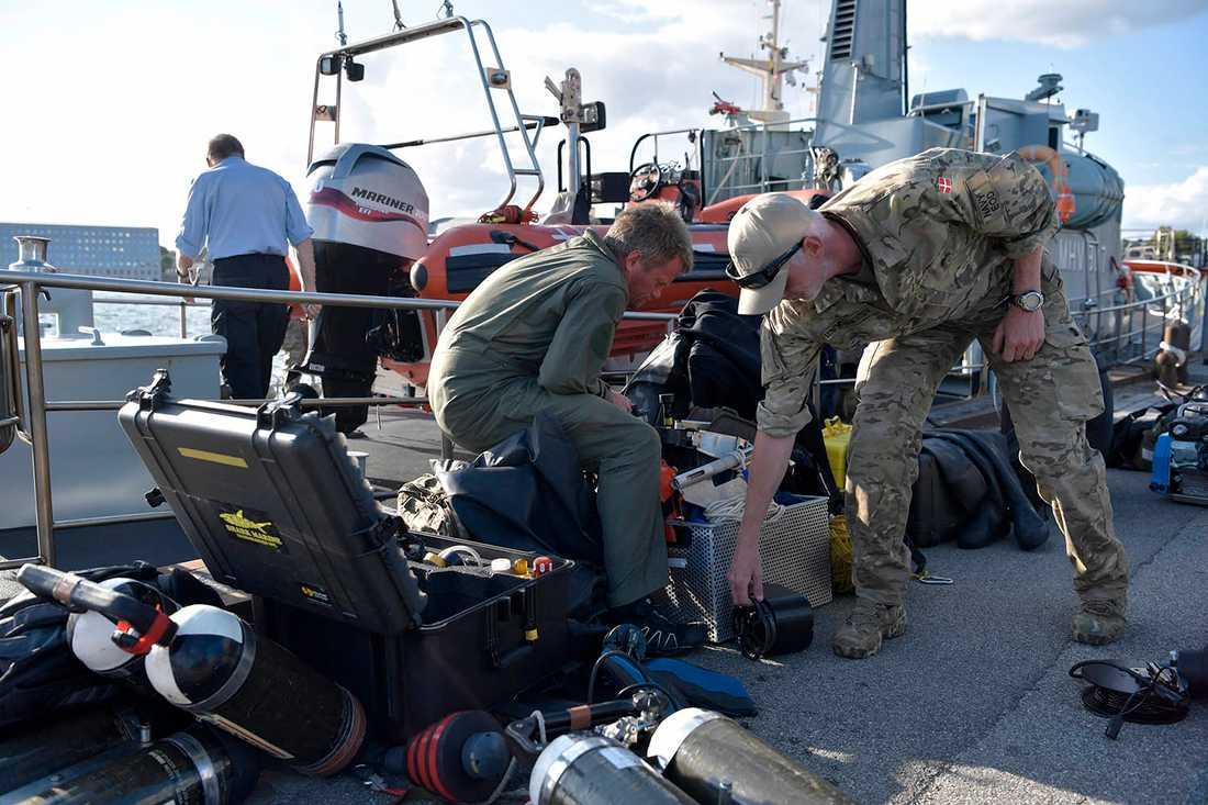 Dansk marinpersonal går i land i Köpenhamn efter söndagens sökande.