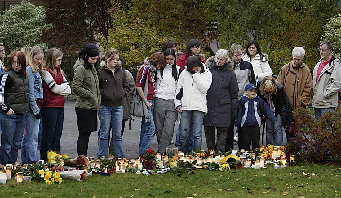 Sörjande vid mordplatsen i oktober 2004.