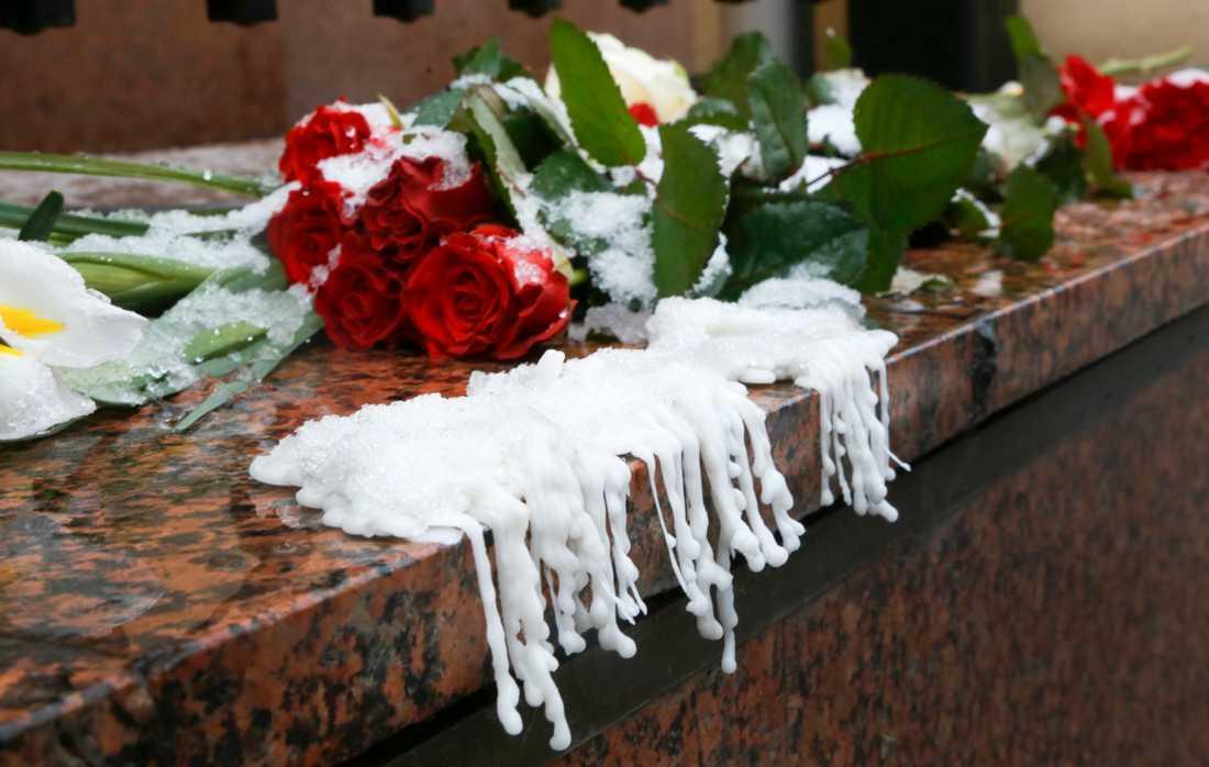 Blommor utanför Kanadas ambassad i Kiev.