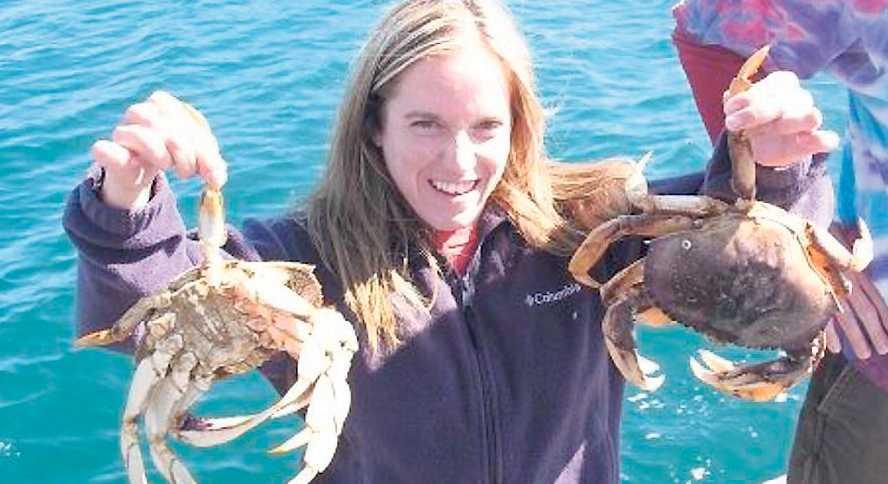 Dödad på joggingturen Candice Berner, 32, på en privat bild från förra året när hon var ute och fiskade krabbor med sina elever.