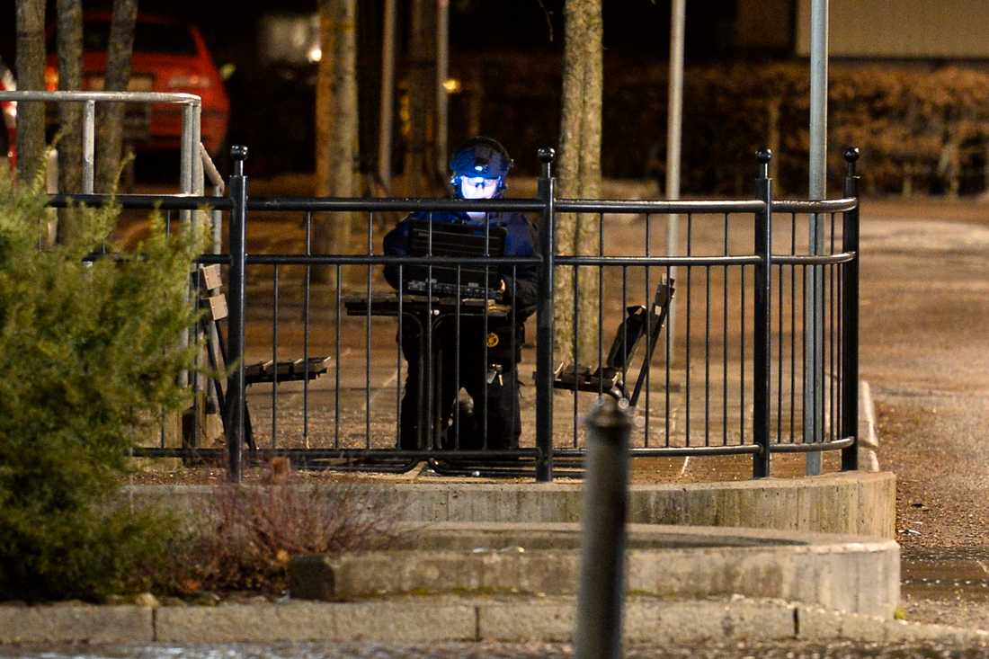 Polisens bombtekniker undersöker en  väska vid stationen i Katrineholm vid midnatt till långfredagen. Ett tåg på väg till Katrineholm har evakuerats och nationella bombskyddet har kallats in. Anledningen är något en man sagt ombord på tåget.