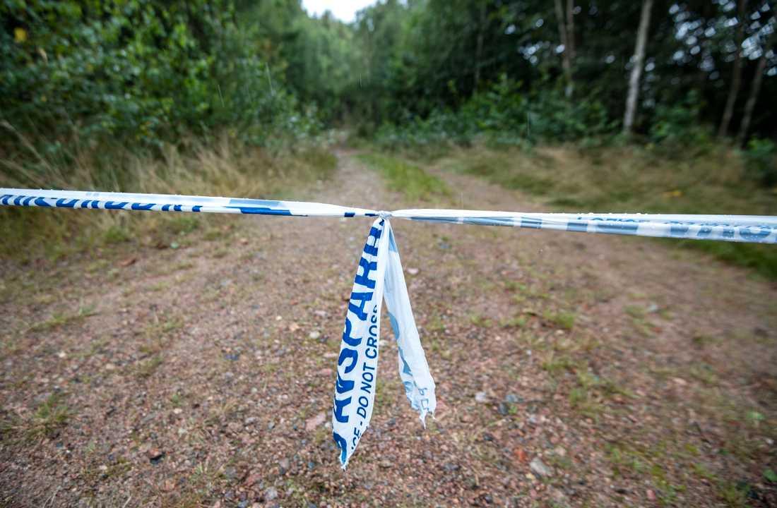 Avspärrningar vid den plats utanför Markaryd där den 70-årige mannen hittades mördad. Arkivbild.