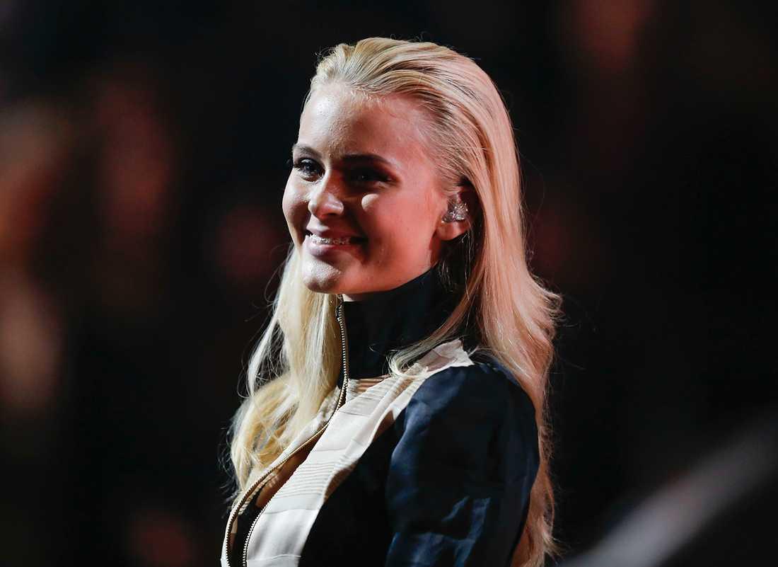 """Zara Larsson uppträdde på galan och tog hem Årets Låt för """"Lush Life""""."""