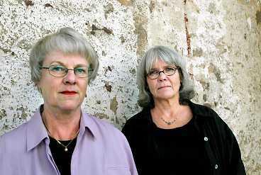 """Det har gått 30 år sedan de togs som gisslan i Kreditbanken vid Norrmalmstorg i Stockholm. Birgitta Lundblad fortsatte inom banken. """"Det var osannolikt att jag skulle bli tagen som gisslan en gång till"""", säger hon. Kristin Enmark sadlade om och blev psykoterapeut. """"Det händer något när man är instängd tillsammans"""", säger hon som förklaring till det omtalade """"Stockholmssyndromet""""."""