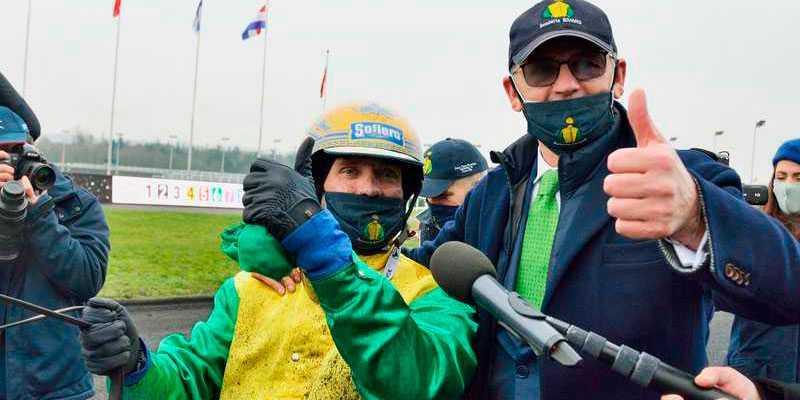 Goop och Somma efter segern i Prix d'Amérique. Då var det glada miner från storägaren, men efter andraplatsen i Prix de France var han mycket kritisk mot den svenske stjärnkusken. Och nu petas Goop från världens bästa häst.
