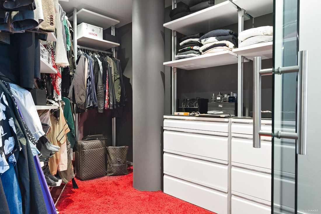 I anslutning till sovrummet finns en walk in closet med platsbyggd inredning.