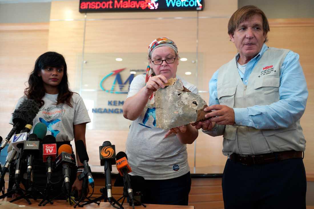 Representanter för de anhöriga till MH370-offren har lämnat över nyfunna vrakdelar till myndigheterna i Malaysia.