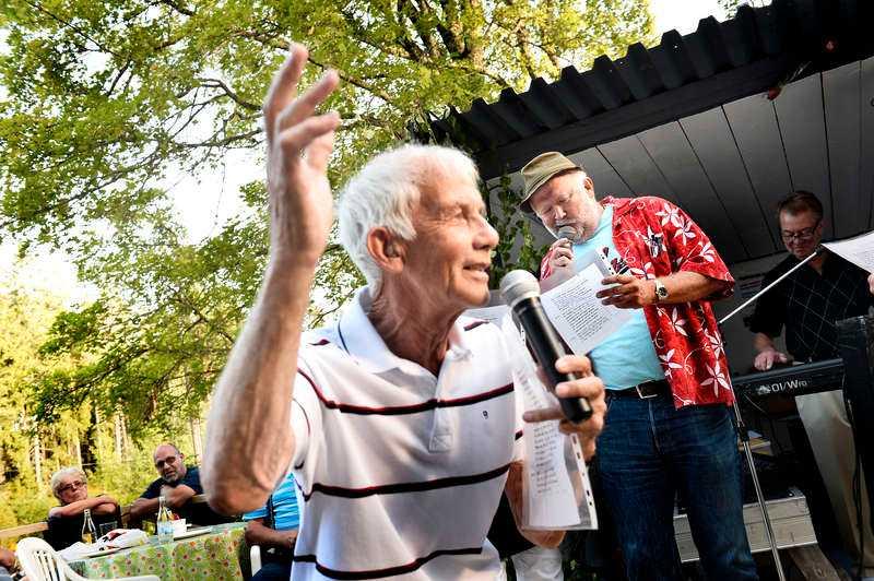 """JUBILEUMSSÅNG """"Rosen"""" Qvick drog upp Aftonbladets reporter Svante Lidén på scen för att agera hjälpsångare under festligheterna på Ingelstorps café. Dock inte till 50-årsjubilerande """"Rosen"""" utan till Jokkmokks-Jokkes gamla hit """"Gulligullan"""" som plötsligt fick en ny oväntad musikalisk spänst och lyster."""