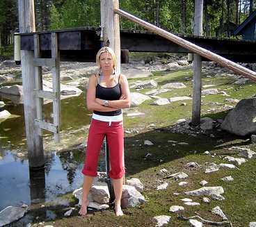 """TORRLAGD SJÖ Linda Isacsson är arg. """"Vi har ingen laglig rätt. De kan låta folk sitta där på sina torrlagda bryggor på midsommarafton"""", säger hon."""