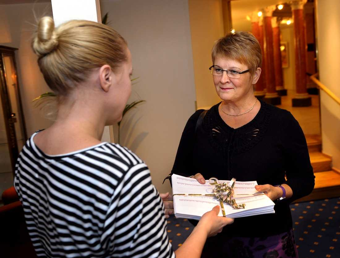 Kallar till specialmöte Aftonbladets reporter Carina Bergfeldt lämnar över läsarnas tunga protest till Maud Olofsson –som säger att hon tar läsarnas oro på allvar.