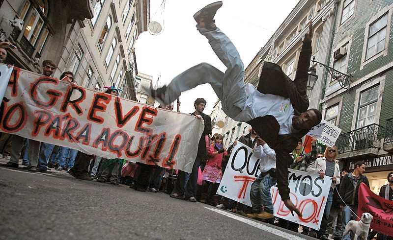 på gatorna I veckan höjdes röda fanor i Lissabon – en protest mot bland annat sänkta löner, neddragna pensioner och urholkade sociala rättigheter.