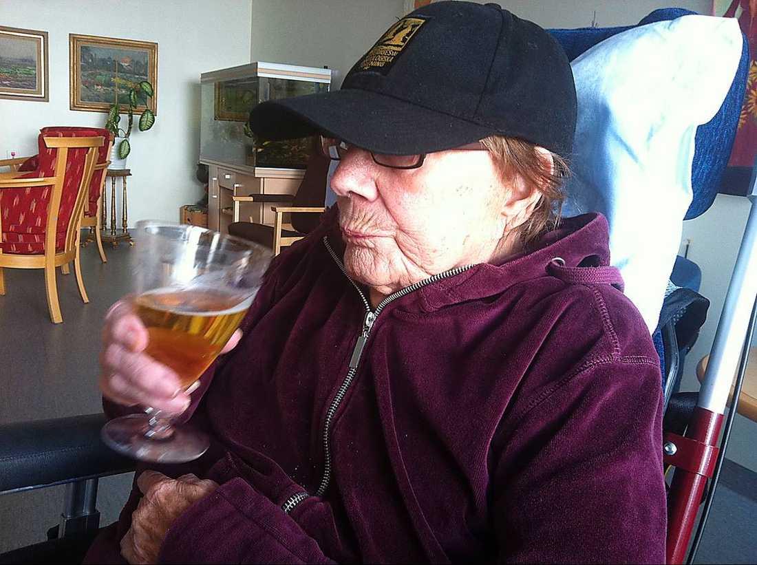 Nu njuter Salme Thylander, 93, av både kaffe och öl.