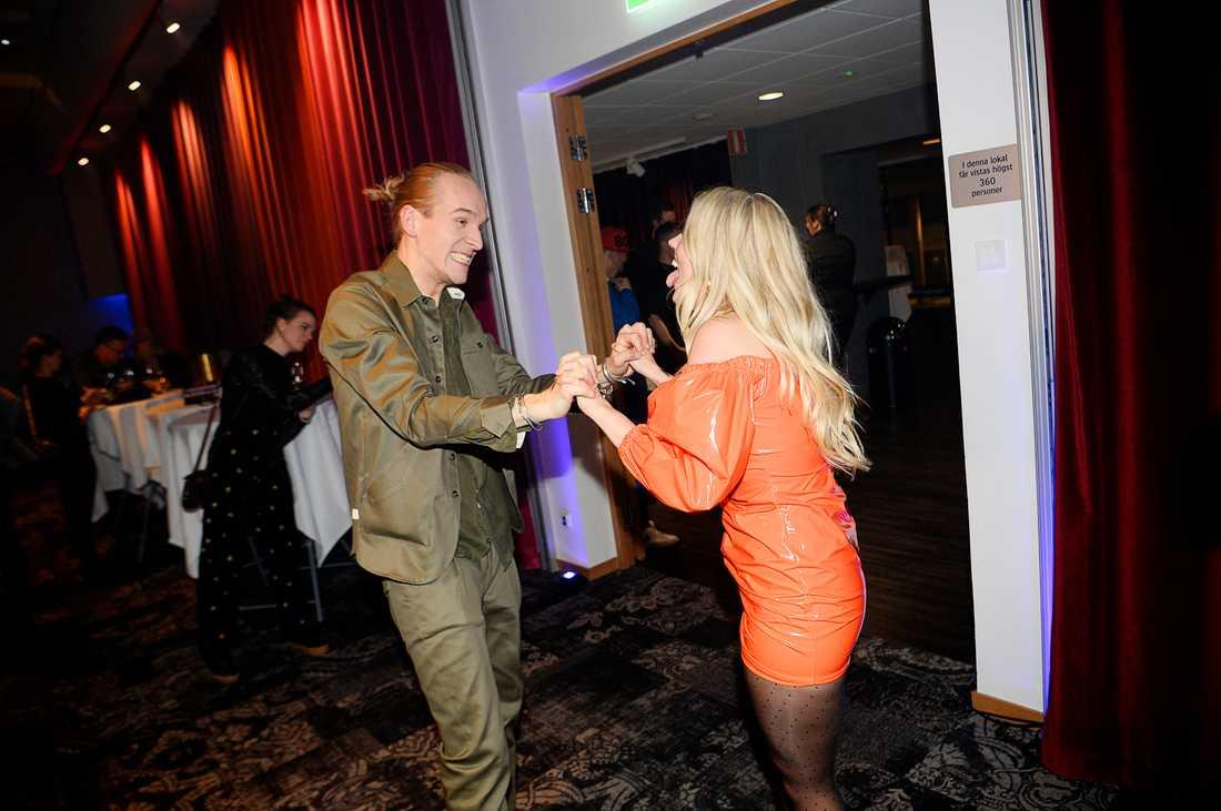 Ellen Benediktson dansar med pojkvänen Erik Nilsson.