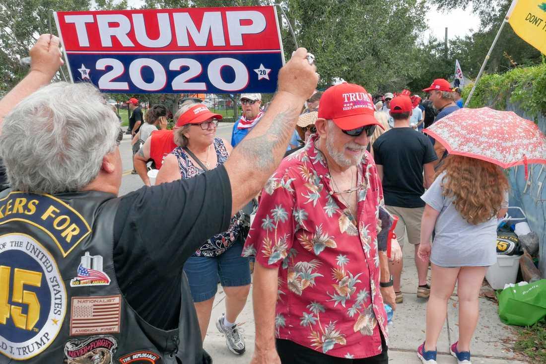 Trump-anhängare köar till evenemanget i Orlando.