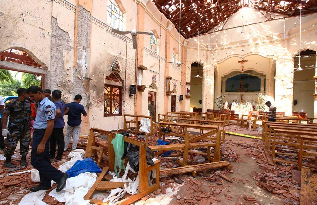 Polisen på plats i kyrkan St. Sebastian efter terrordådet i Sri Lanka.