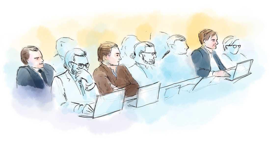 Advokat Slobodan Jovicic, den åtalade Alexander Ernstberger och advokat Carl-Johan Malmberg under rättegången i Stockholms tingsrätt.