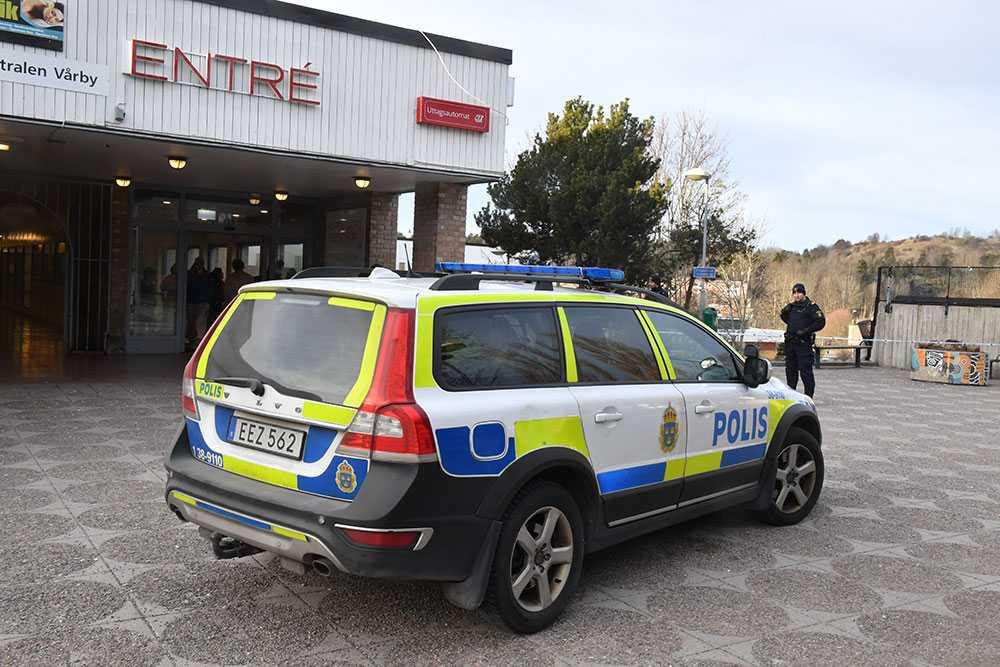 En polispatrull har larmat om en kraftig explosion vid tunnelbanan vid Vårby Gård.