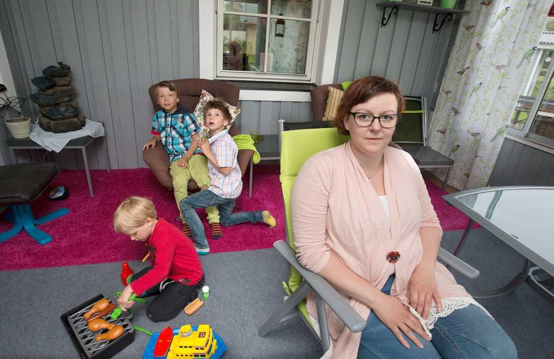 Carina Ekman, 38, har fött tre pojkar. Sixten, 8, Sten, 6, och Stig, 4. Hon gick med sin missade förlossningsskada i åtta år, innan den upptäcktes helt nyligen. Den har orsakat henne många svåra problem. Foto: JOAKIM NORDLUND