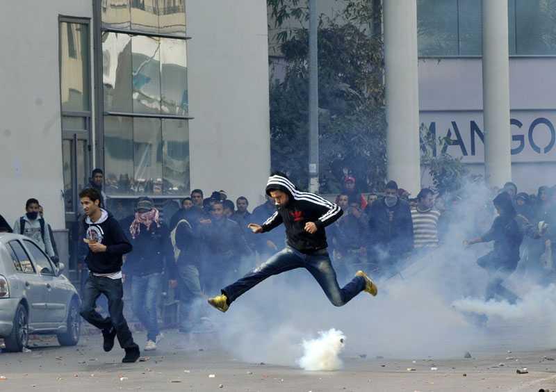 HOPPAR ÖVER TÅRGASEN Efter mordet på oppositionsledaren Chokri Belaid demonstrerade tusentals på gatorna i flera städer i Tunisien. I Tunis och Sidi Bouzid urartade demonstrationerna och polisen sköt tårgas mot demonstranterna.