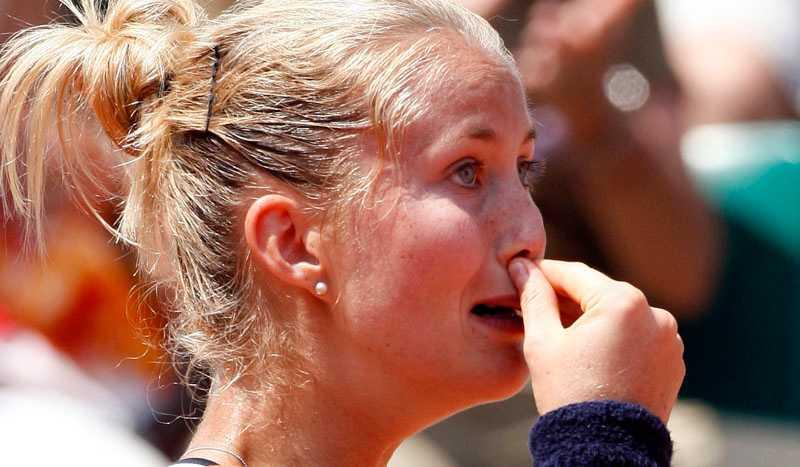 Mathilde Johansson gråter efter förlusten.