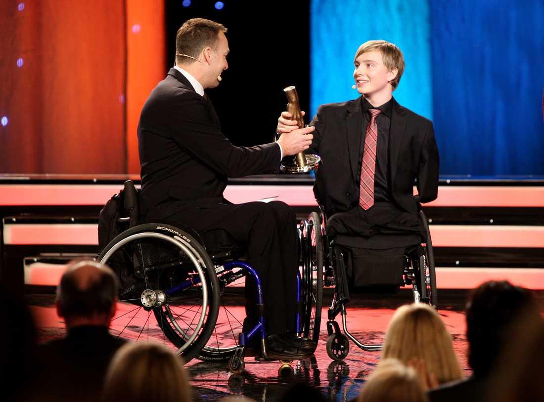 Christoffer Lindhe fick ta emot utmärkelsen Årets Kämpe på Svenska hjältars gala 2008 av Tomas Fogdö.