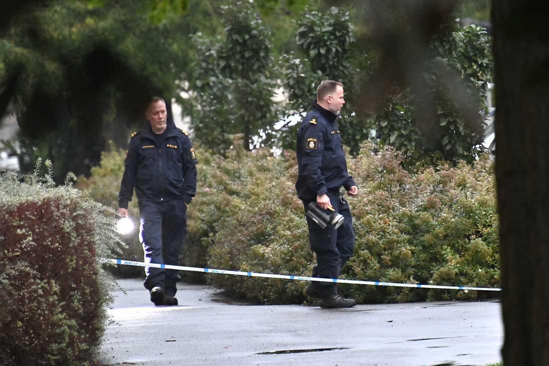 Personen blev enligt polisen skjuten i benet.