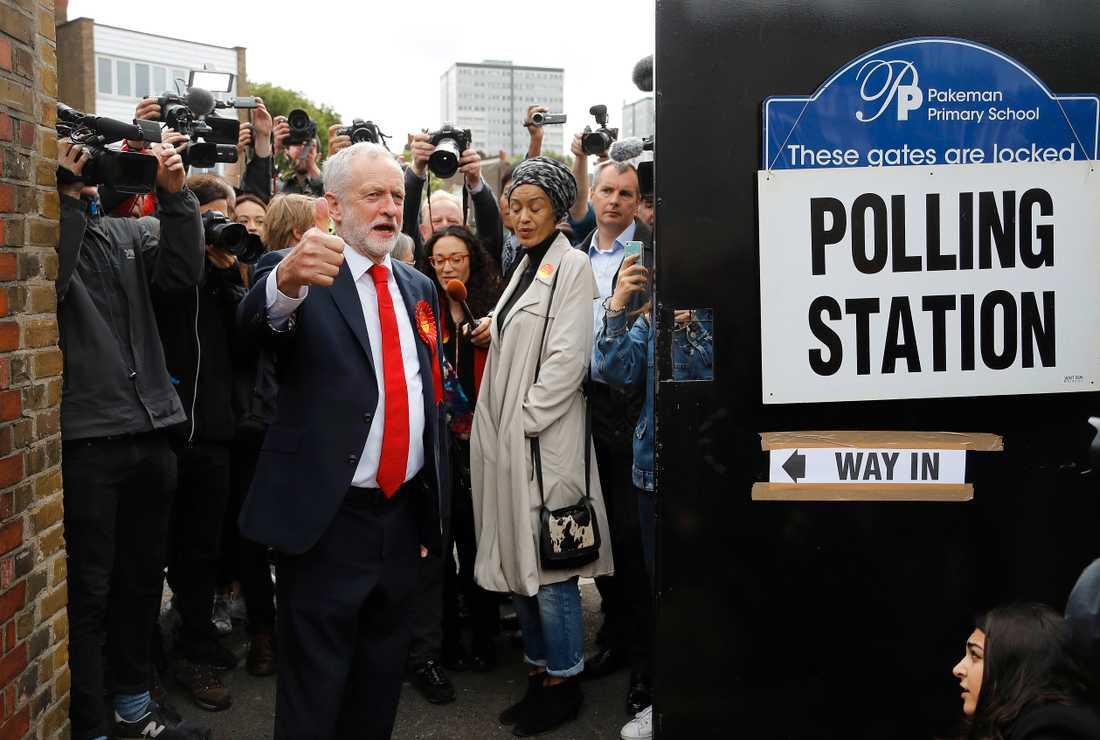 Labourledaren Jeremy Corbyn för tummen upp när han kommer ut från vallokalen i  London.